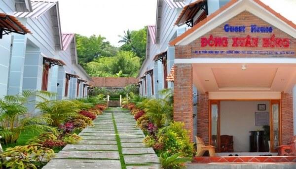 Khách sạn Đông Xuân Hồng - nơi có mặt tiền đẹp, xanh tươi
