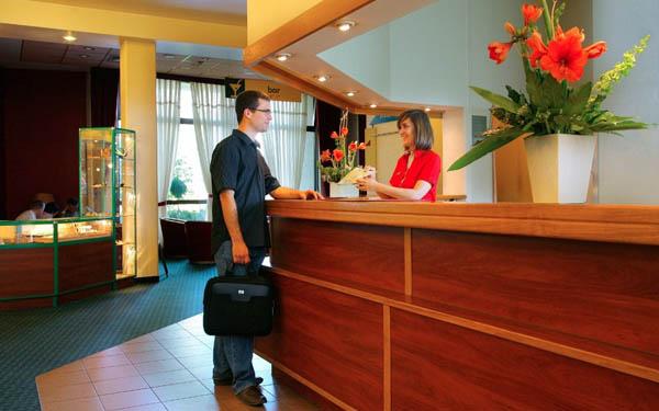 Nhân viên khách sạn phải luôn giữ thái độ hoà nhã với khách
