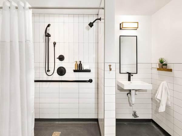 Các đồ dùng trong phòng tắm được bố trí hợp lý
