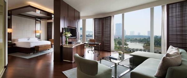 Các loại nội thất, bàn ghế, giường trong phòng ngủ khách sạn