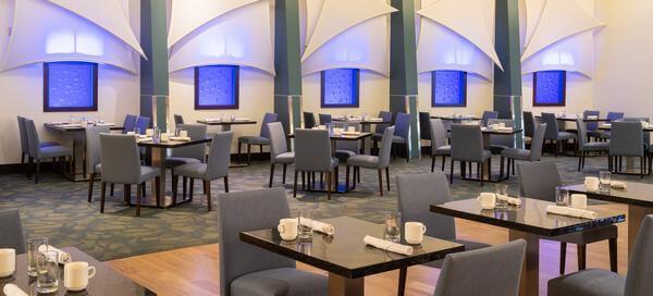 Phòng ăn được thiết kế với những nội thất hiện đại và sang trọng