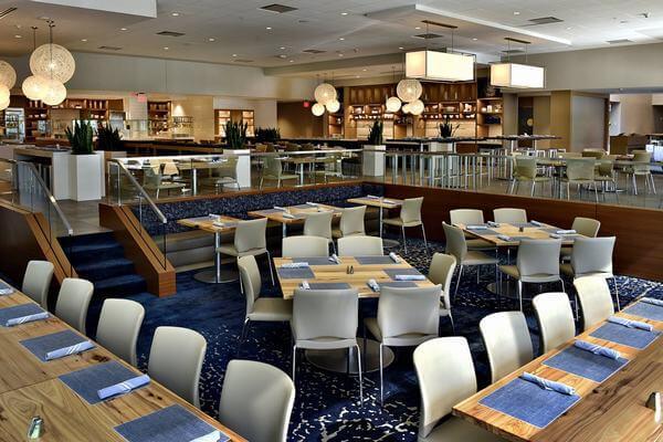 Không gian của phòng ăn được trang trí và phối màu đẹp
