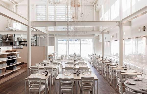 Phòng ăn khách sạn với tone màu trắng nhẹ nhàng