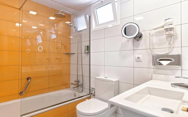 Phòng tắm khách sạn 3 sao nhỏ nhưng tiện nghi làm hài lòng khách