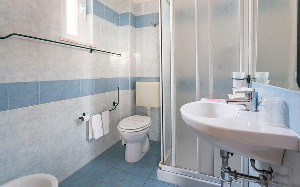 Thiết kế cửa số tận dụng ánh sáng tự nhiên cho phòng tắm