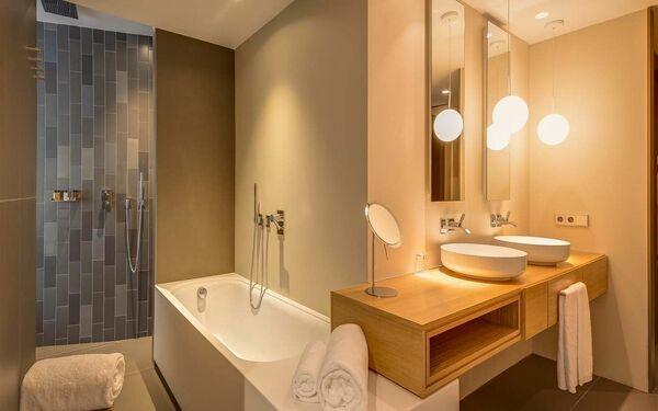 Chùm đèn vàng lan tỏa ánh sáng khắp không gian phòng tắm