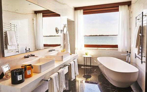 Cách bày trí nội thất khoa học trong phòng tắm khách sạn