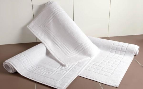 Thảm lau chân là sản phẩm quen thuộc trong các phòng tắm nhà nghỉ