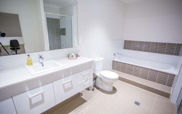 Thiết kế phòng tắm nhà nghỉ đơn giản, rộng rãi