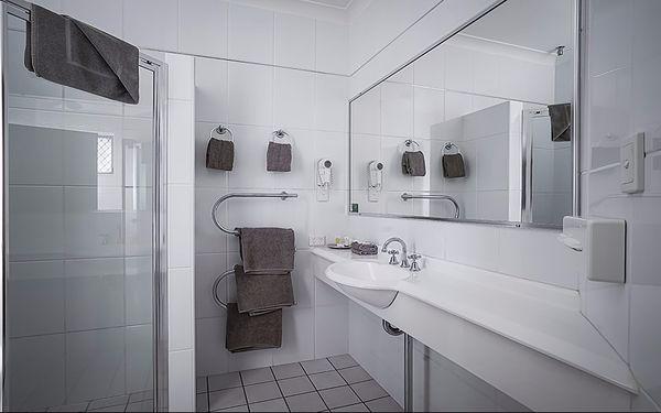 Tông màu trắng trong phòng tắm tạo cảm giác sạch sẽ