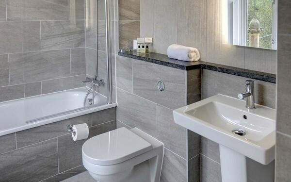 Sử dụng gạch ốp tường cho không gian phòng tắm sạch đẹp