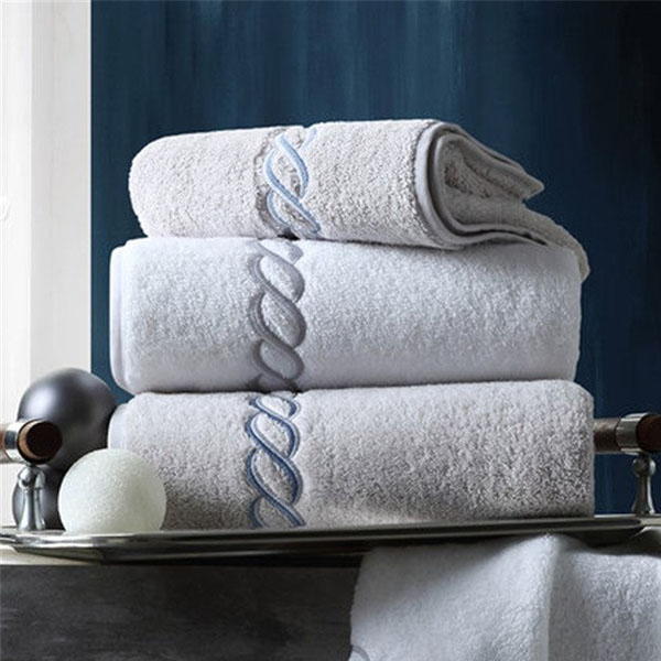 Sử dụng khăn mặt khách sạn