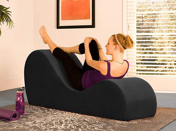 Rèn luyện sức khỏe khi tập yoga trên ghế tình yêu