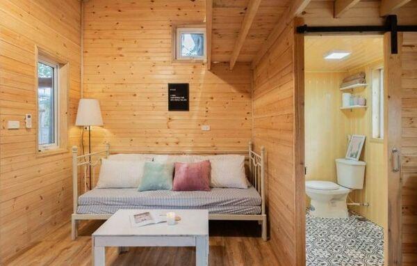 Khu vệ sinh homestay nhỏ được bố trí gọn gàng