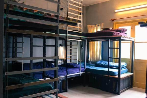 Giường tầng được làm từ sắt chắc chắn