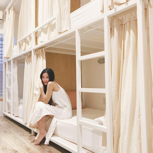 Giường tầng trang trí rèm trắng tinh khôi