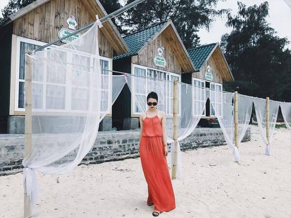 Du khách chụp ảnh cạnh homestay ở ven biển