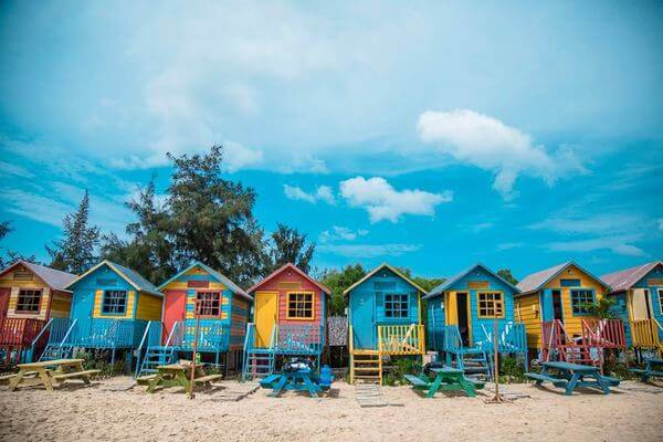 Các căn homestay được sơn màu ấm nóng phù hợp với vùng biển nhiệt đới