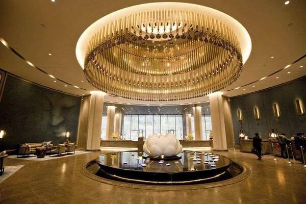 Khu vực sảnh khách sạn được thiết kế đèn chùm lớn