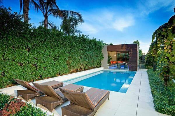Bể bơi là nơi níu chân du khách