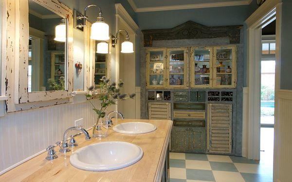 Ánh sáng vàng ấm áp phù hợp với kiểu phòng tắm cổ điển