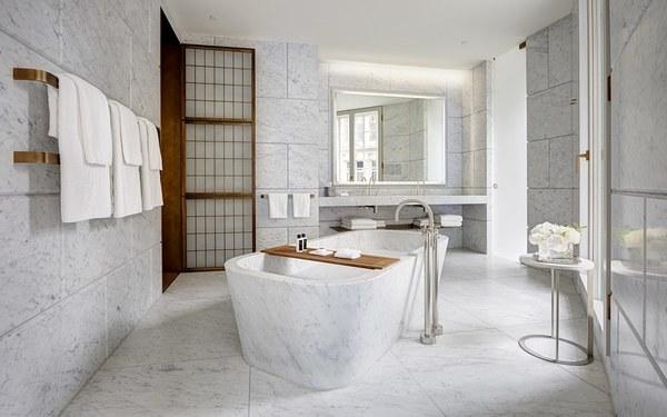 Gam màu trắng tinh khiết tạo không gian phòng tắm sang trọng và sạch sẽ