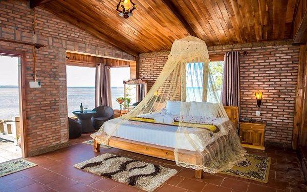 Phòng ngủ resort bungalow tinh tế với phong cách tân cổ điển