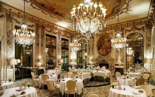 Lối kiến trúc Pháp trang trọng. rực rỡ toàn bộ không gian nhà hàng