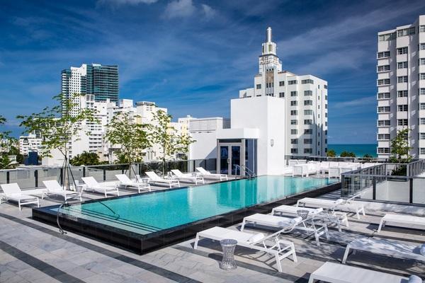Thiết kế khách sạn với bể bơi rộng lớn