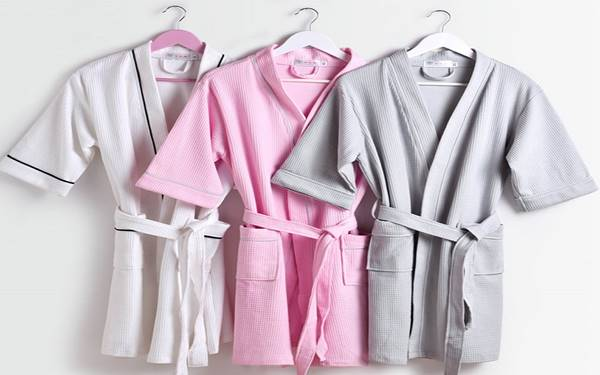 5 tip vệ sinh áo choàng tắm cực hay ho cho nhân viên giặt là