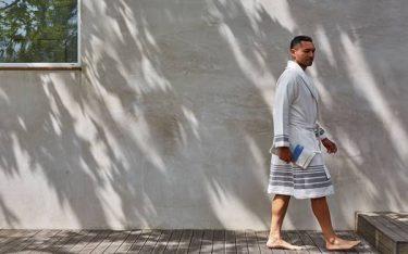 Vì sao nên dùng áo choàng tắm thay vì dùng khăn quấn sau khi tắm?