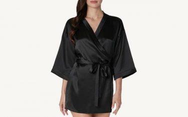 Áo choàng tắm bằng lụa sang xịn mịn tạo ấn tượng với khách đặt phòng