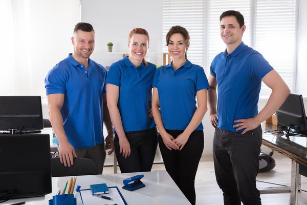 Những câu slogan và logo được sắp xếp hợp lý trên áo thể hiện sự năng động, chuyên nghiệp và tự tin của nhân viên công ty