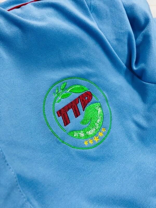 Logo của công ty được thêu lên phía ngực áo
