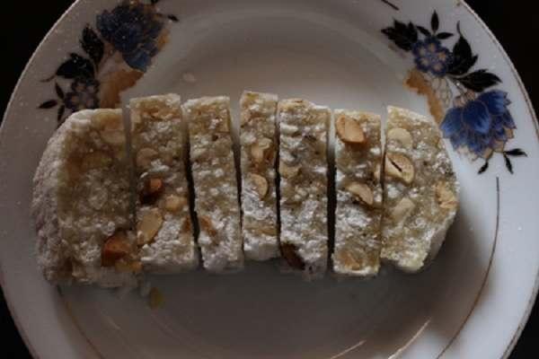 Bánh được cắt thành từng miếng khi ăn