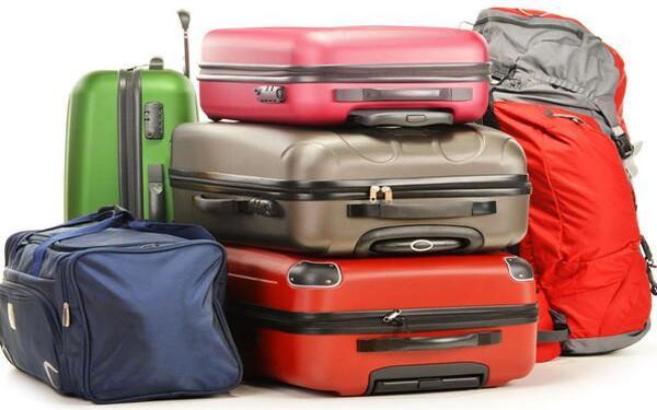 Cân hành lý cho khách là một nhiệm vụ chủ yếu của bellman khách sạn