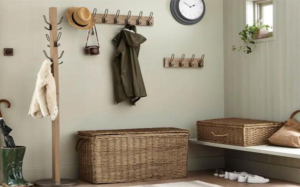 Nên dùng cây treo quần áo bằng gỗ hay inox trong phòng khách sạn?