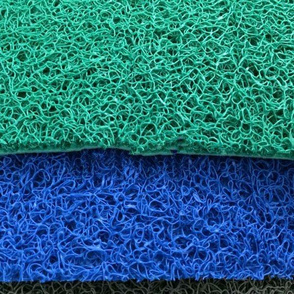 Thảm nhựa rối với 2 tông màu là xanh lá và xanh da trời. 2 tông màu này khá sạch
