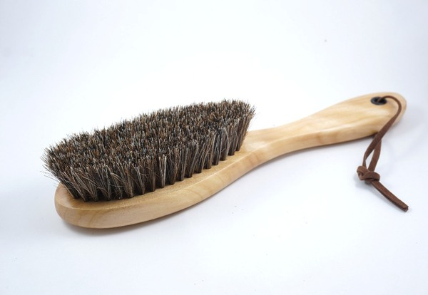 Tuỳ từng loại chổi mà có công dụng phủi bụi hay đánh bóng cho giày