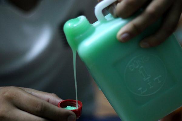 Dầu gội, sữa tắm dạng lit đóng chai khi dùng cần rót sang các vật dụng đựng khác