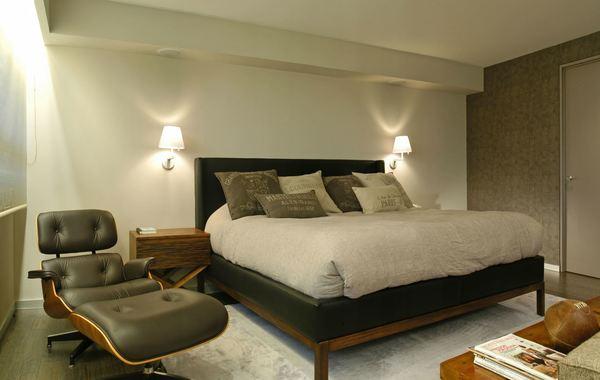 Ánh sáng của đèn ngủ treo tường phủ khắp căn phòng