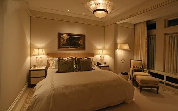 Khách sạn nên lắp đặt đèn ngủ treo tường hay dùng đèn ngủ để bàn?