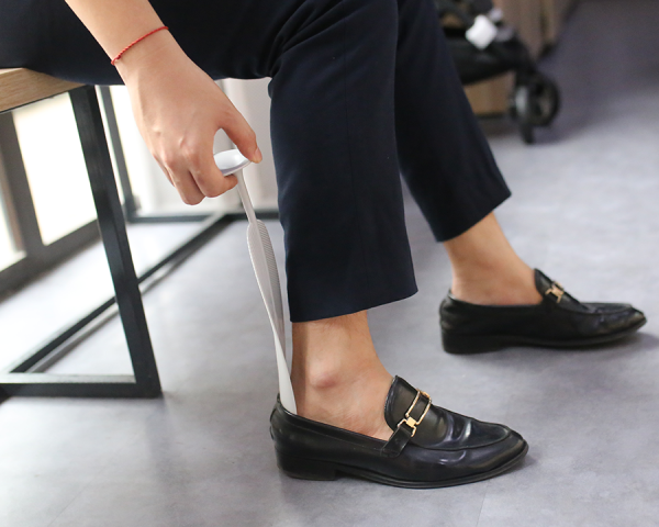 Đón gót giày giúp ta đi giày dễ dàng hơn