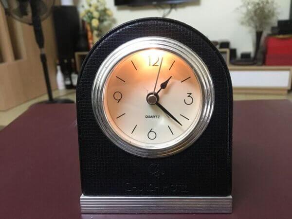 Đồng hồ để bàn thường nhỏ gọn và có thiết kế hiện đại