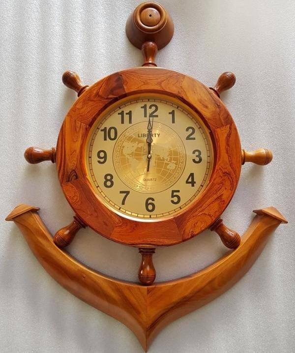 Với thiết kế mỏ neo, chất liệu đồng hồ gỗ trông thật đặc biệt