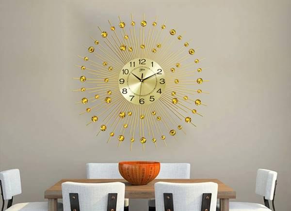 Mẫu đồng hồ với màu sắc vàng là chủ đạo rất phù hợp với những căn phòng có màu sắc tối giản, trang nhã