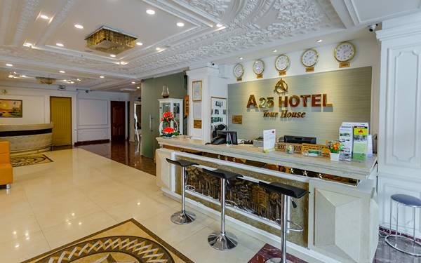 đồng hồ treo sảnh khách sạn