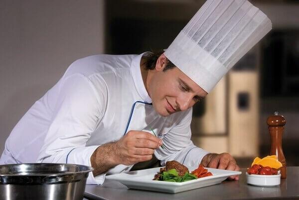 Sự tỉ mỉ và cẩn thận của đầu bếp trong chế biến món ăn