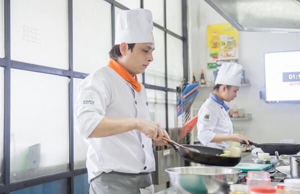 Khăn đầu bếp giúp thấm mồ hôi, tránh các tác nhân từ nhiệt