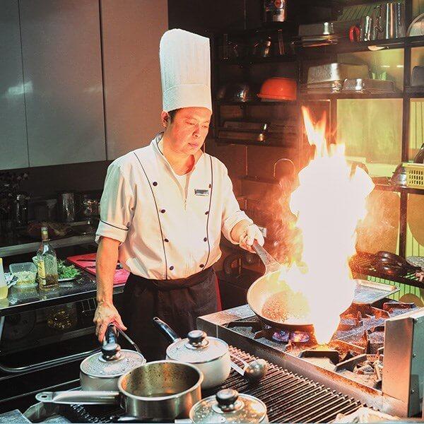 Làm trong môi trường nóng nực, tiếp xúc với lửa, dầu mỡ, thức ăn nên trang phục của đầu bếp phải được chú ý hết sức